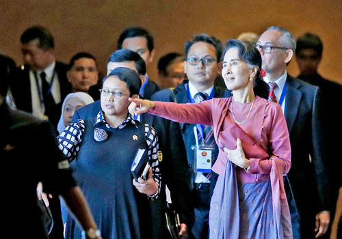 daw-aung-san-suu-kyi-with-asean-foreign-ministers.jpg - 51.74 KB